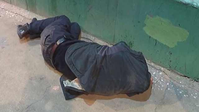 男子醉卧街头,民警守护1小时送医