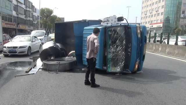 货车失衡侧翻,司机踢碎玻璃逃生