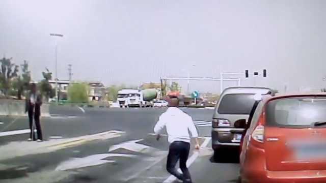 盲人过马路走错方向,司机下车搀扶