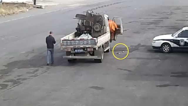 他收废品丢2150元,交警追5公里送还