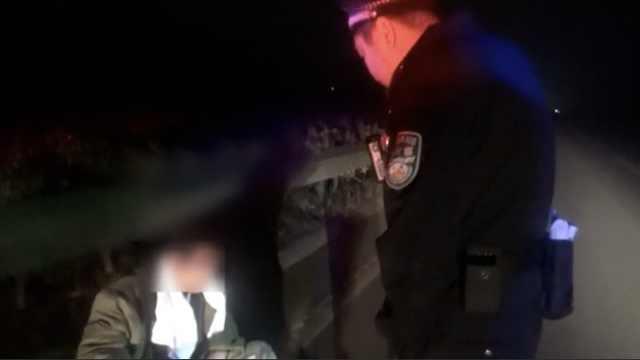 男子醉倒路边,问民警送回家收费吗