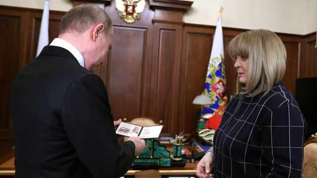 上月大选中胜出,普京现获颁总统证