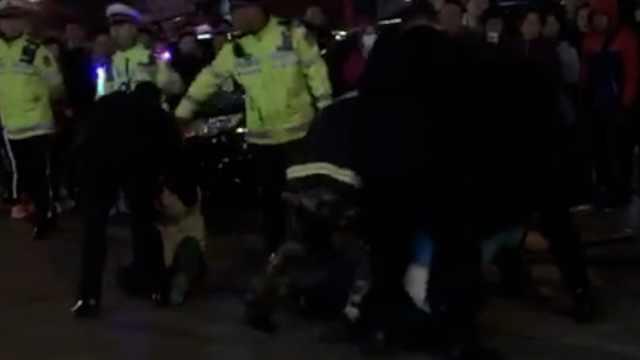 4男违停还打交警,辣椒水面前怂了