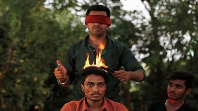 直播:印度理发师,蒙眼火烧做发型!