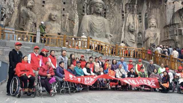 他们抬47残疾人上99级台阶,赏大佛