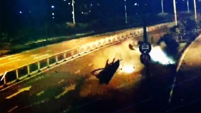 小车飞出空中打转,众人抬车救司机