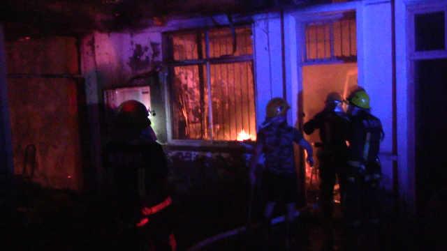 厨房着火,煤气罐成定时炸弹