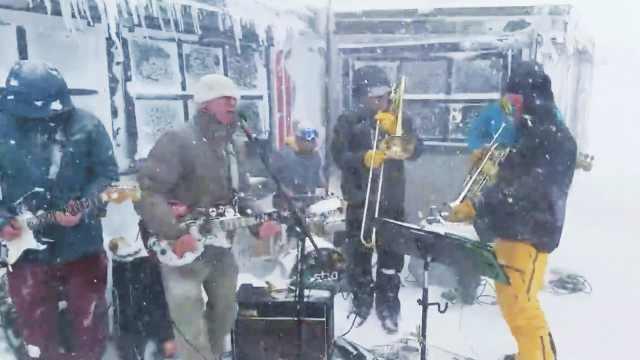 牛!暴风雪中,乐队演出绝不畏惧