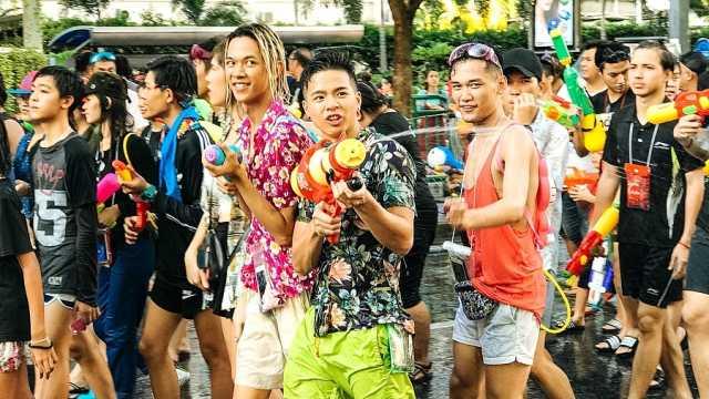 泰国泼水节开始了!今年多放两天假