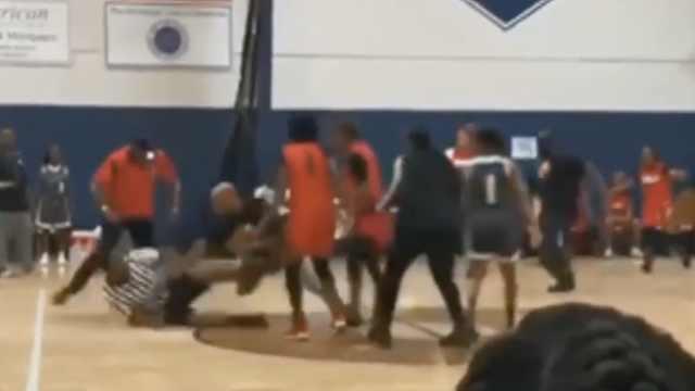 一拳击倒在地!女篮教练胖揍裁判
