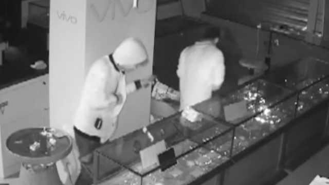 2贼撬门盗手机,偷52部还只挑贵的
