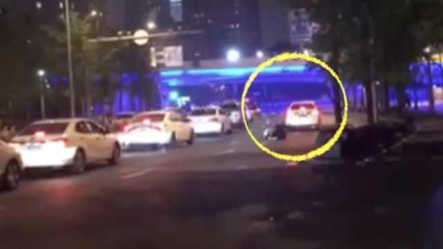 司机冲撞交警并拖行10多米,终落网