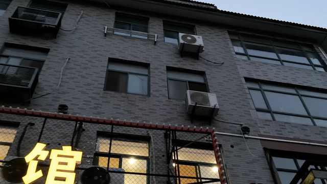 心痛!3岁男童顽皮爬窗,从3楼坠落