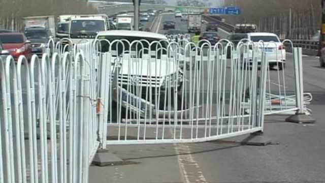 疑司机疲劳驾驶,怼翻护栏又撞两车