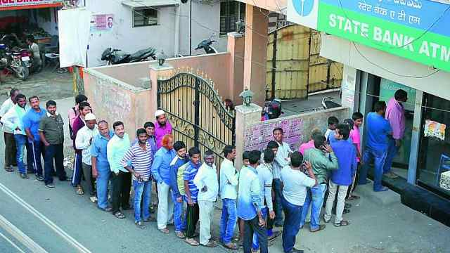 现金荒!印度人拜ATM神祈求发钱