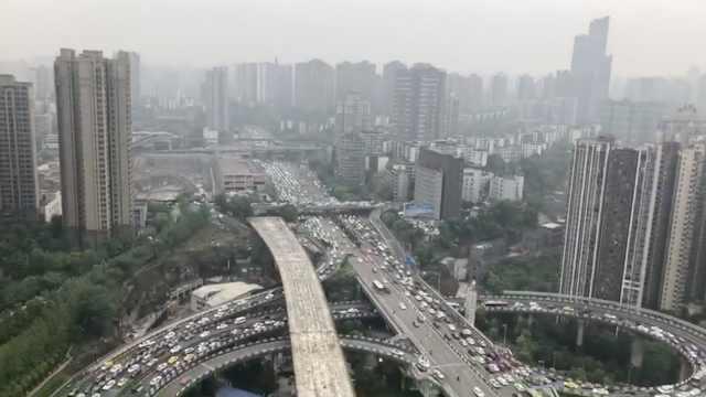 重庆3桥限号堵半城,轻轨拥挤赛春运