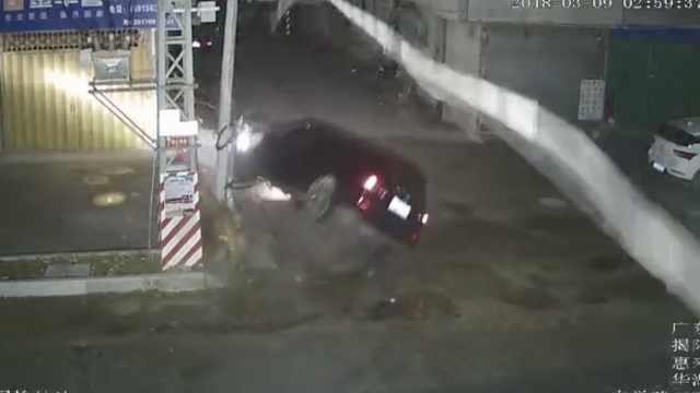 小车撞断电杆360度翻滚,司机被拽出