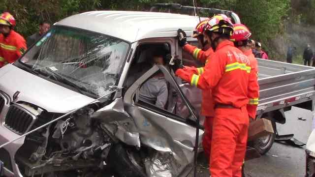 2车相撞1司机被困,边输液边等营救