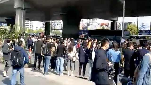 上海地铁故障,队伍排到站外马路