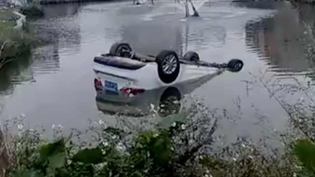 轿车夜坠池塘,司机逃生先回家睡觉