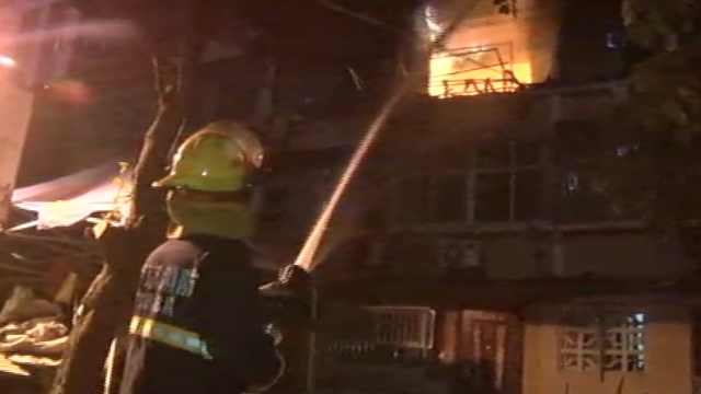 居民楼凌晨起火,消防紧急扑救