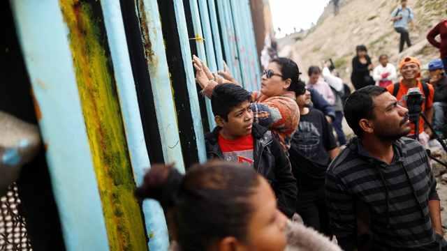 中美洲移民大篷车抵边境寻求美庇护