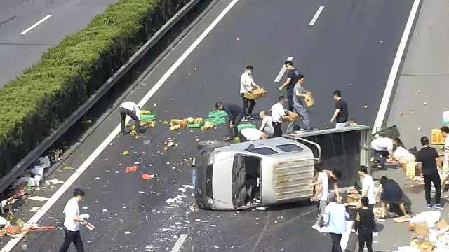 货车侧翻水果散落,过路司机帮忙捡