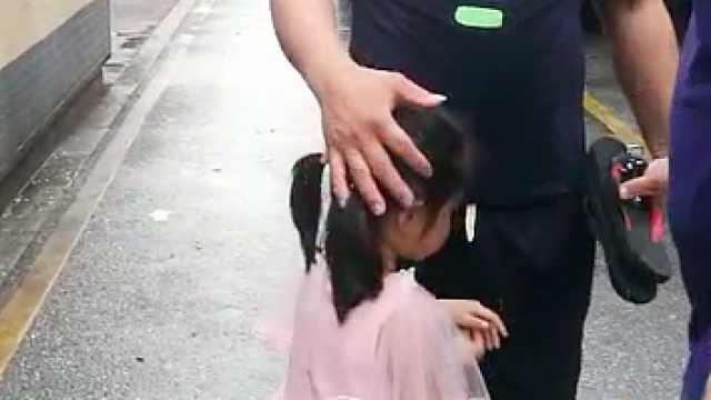 与母亲走散后,3岁女孩独自乘公交
