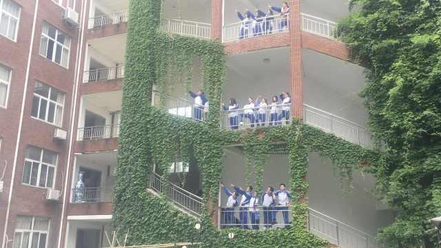 他们校服拍毕业照:归来仍是少年