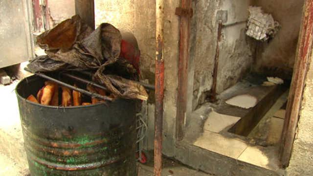 厕所旁熏腊肉,黑作坊老板:我也吃