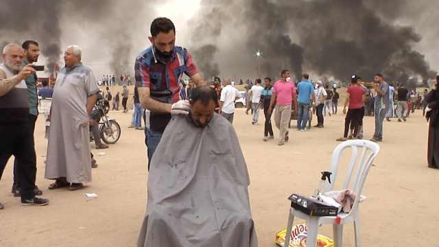 他冒险在加沙边境为抗议者免费理发