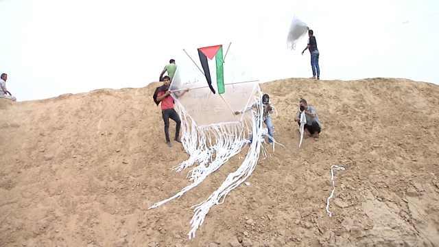 加沙人风筝上绑燃烧弹,飞去以色列