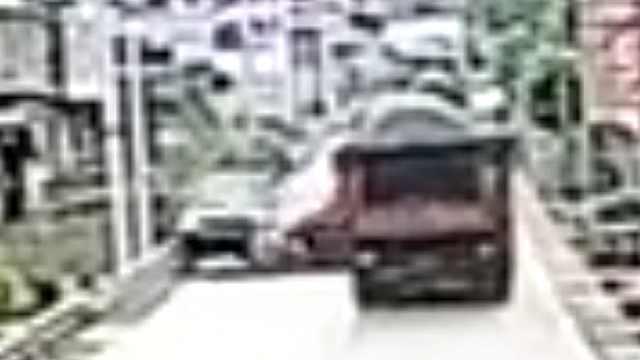 轿车超车失控发生意外,2人当场死亡