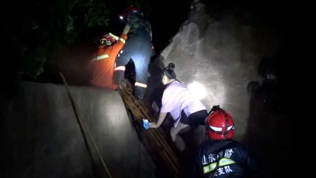 暴雨中7月大婴儿被困,消防架梯救人