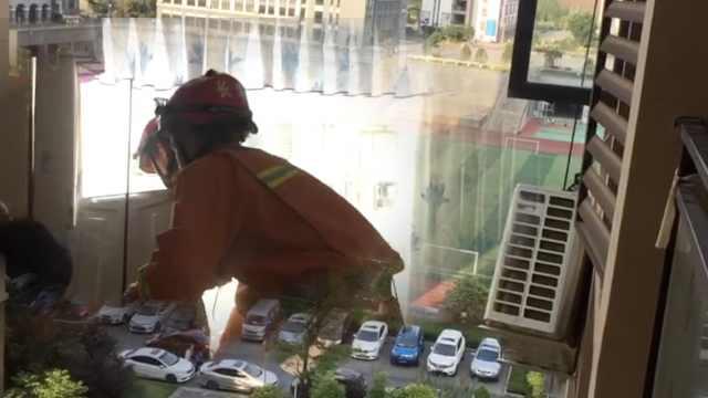 惊险!空调外机悬30米高空摇摇欲坠