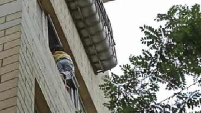 幼童站4楼窗沿,警民拉床单防坠落