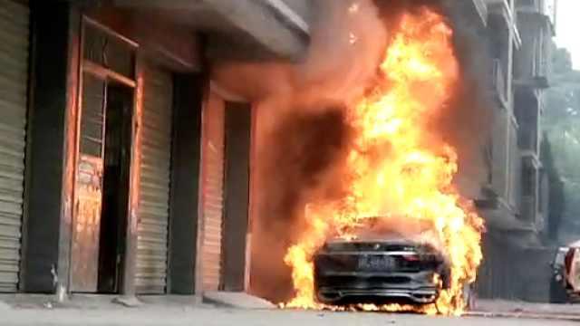 接亲宝马车突然冒烟起火,烧成铁架