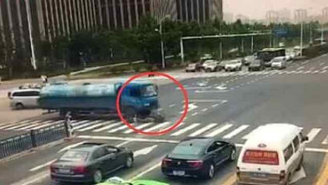 电瓶车闯红灯被撞,骑车男死里逃生
