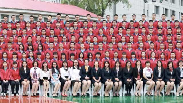 千名师生同拍毕业照,站满2个球场