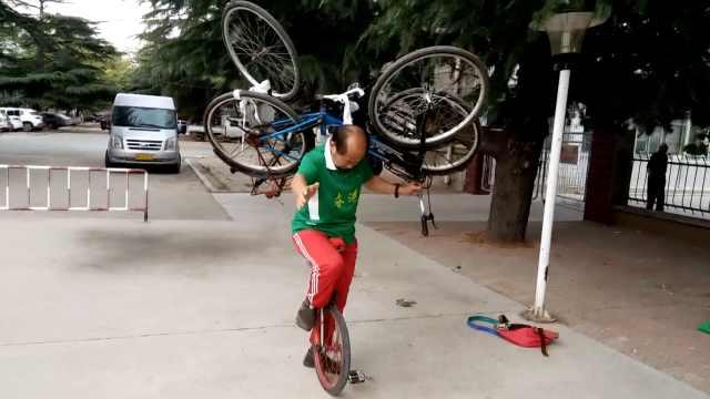 七旬翁制独轮车,肩扛自行车练杂技