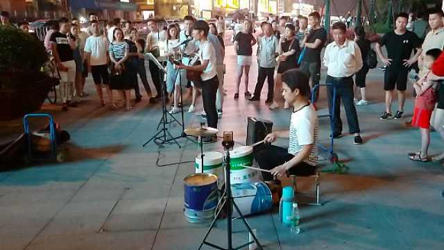 他把桶子diy成架子鼓,在街头演唱