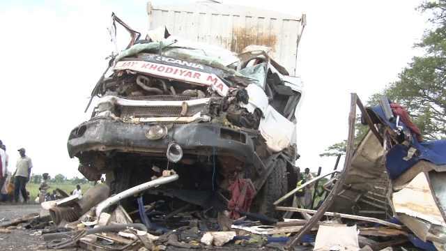 乌干达汽车货车拖车三车撞,22人亡