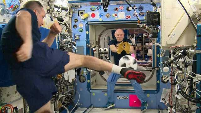 喜迎世界杯!俄宇航员太空倒挂金钩!
