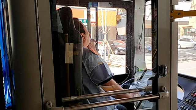 司机开公交吸烟,公交车队长:罚200