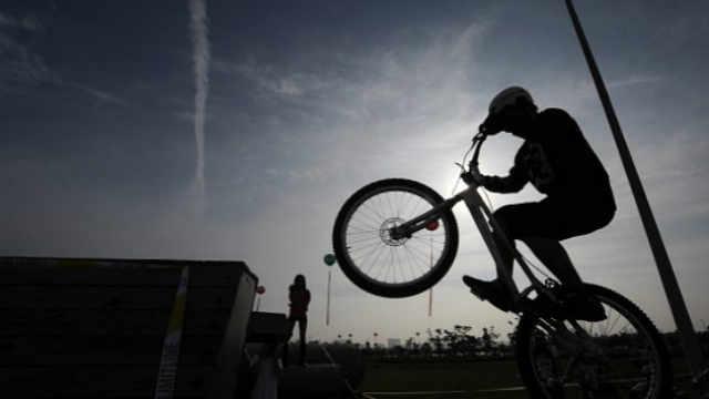 还是你们会玩——攀爬自行车运动员