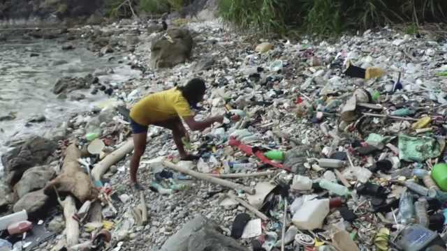 点赞!他们成为了塑料垃圾清理英雄