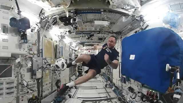 太空世界杯:宇航员空间站中踢球赛