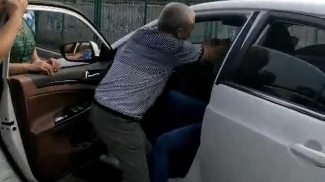 因倒车擦碰老人腿,滴滴司机遭殴打