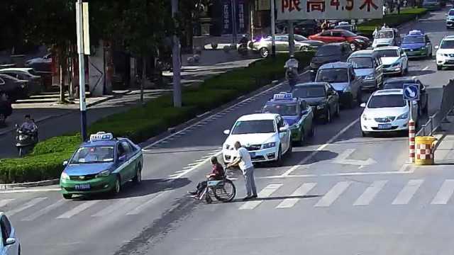 暖!老人推老伴过马路,司机轮流礼让