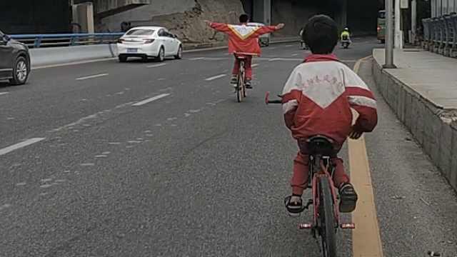 11岁娃双手脱把骑车,车流中玩杂技